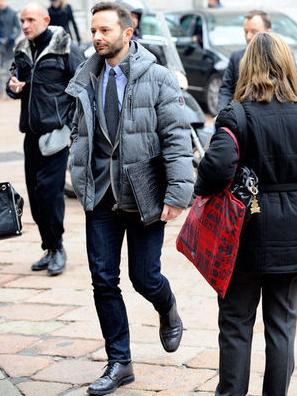 プレミアムダウンを着る外国人男性