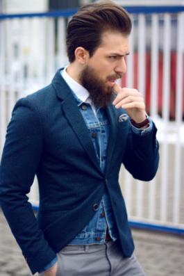 デニムオンジャケットのコーデをした男性