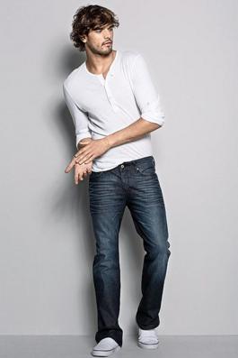 ブーツカットデニムを履く男性