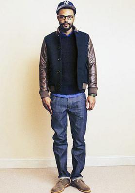 ストレートデニムを履く男性