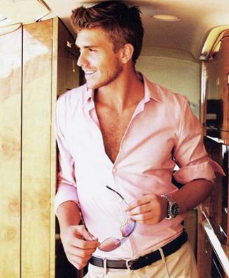 やたらとピンクシャツが似合う外国人