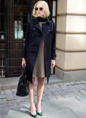 黒いトレンチコートを着た女性