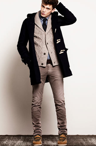 ネイビーダッフルコートを着こなす男性