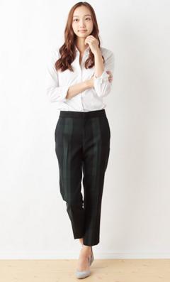 ブラックウォッチパンツを履く日本人女性
