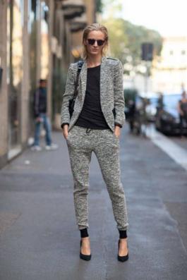 スウェットパンツと同素材のジャケットをコーデする女性