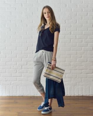 スウェットパンツにスニーカーをコーデする女性