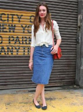 白シャツにデニムスカートの女性