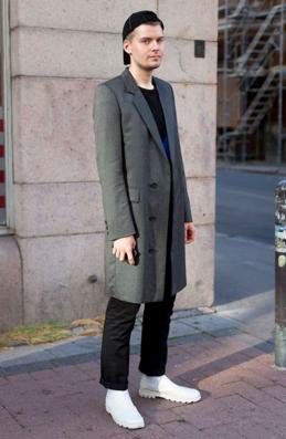 ロングチェスターコートをコーデする外国人男性