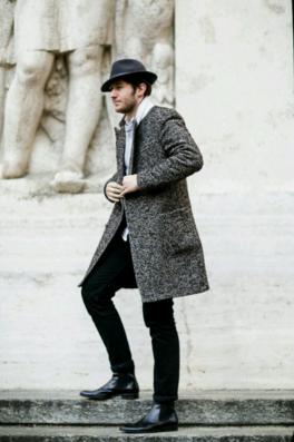 ツイードのチェスターコートを合わせる外国人男性