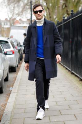 奇抜なデザインのチェスターコートを合わせる男性