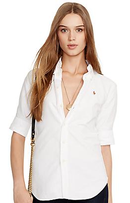 ラルフローレンのレディース白シャツを着るモデル女性