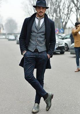 ネイビーのチェスターコートを着る外国人男性