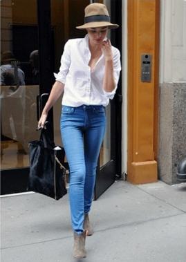 ブーティxジーンズxシロシャツの女性