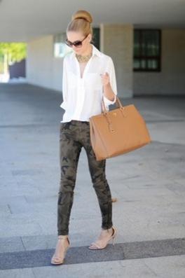 白シャツx柄パンツの女性
