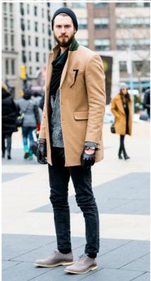 キャメルのチェスターコートにブラックパンツ、コールハーンを合わせた男性