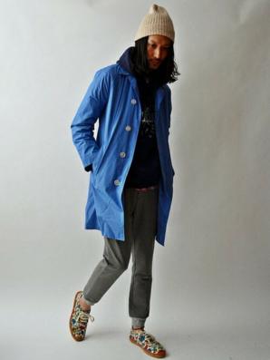 ブルーのステンカラーコートをコーデする男性