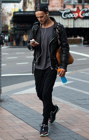 アスレジャーファッションの男性