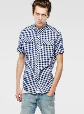 ギンガムチェックシャツにデニムをコーデする男性
