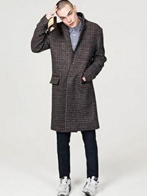 ギンガムチェックシャツにチェスターコートをコーデする男性