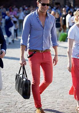 ギンガムチェックシャツにピンクのパンツを合わせる男性
