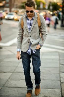 ニットジャケットとギンガムチェックシャツをコーデする男性