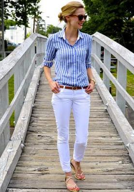 ストライプシャツにホワイトパンツをコーデする女性