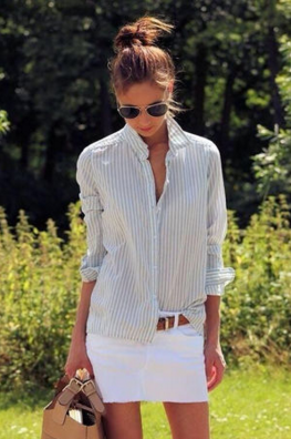 ストライプシャツとホワイトミニのコーデをする女性