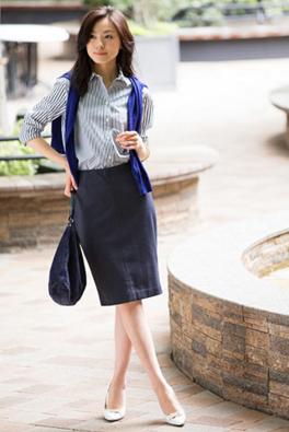 ペンシルスカートにストライプシャツをコーデする女性