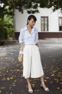 ホワイトのガウチョパンツにストライプシャツをコーデする女性
