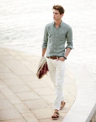リネンのシャツにホワイトデニムをコーデする男性