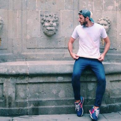 デニムレギンスにTシャツ、ニューバランスのスニーカーをコーデする男性