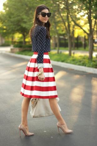 ドット×ボーダースカートをコーデする女性