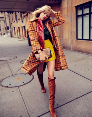 柄のコートにマスタードカラーのスカートというド派手なコーデの女性