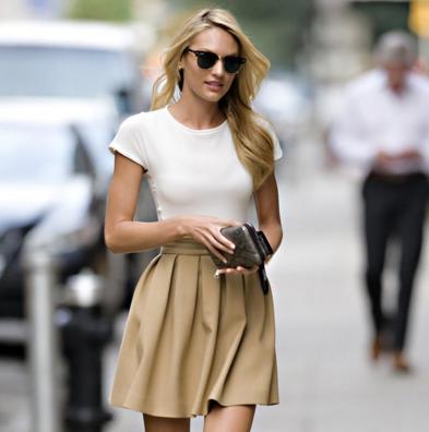 カットソーにプリーツスカートを合わせサングラスでまとめたコーデをする女性