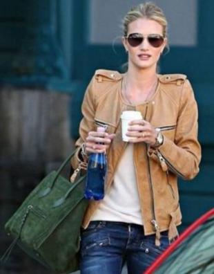 レザージャケットにデニムを合わせ最後はティアドロップのサングラスで締める女性