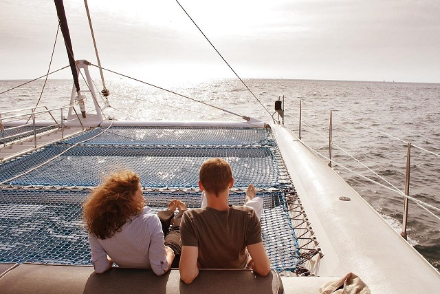 普通に船に乗り、普通に太陽の光を感じるカップル
