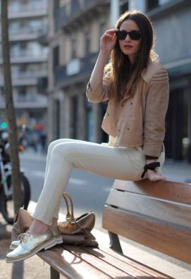 白スキニーパンツにおやじ靴をセレクトした女性