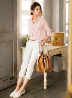 ピンクシャツに白のスキニー、ローファーをコーデした女性