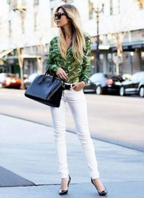 迷彩柄のシャツにホワイトデニムをコーデする女性