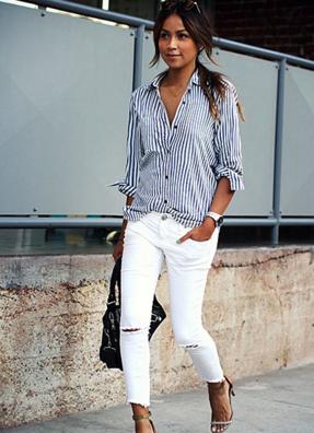 白のクラッシュ加工カットオフスキニーにストライプシャツをコーデした女性