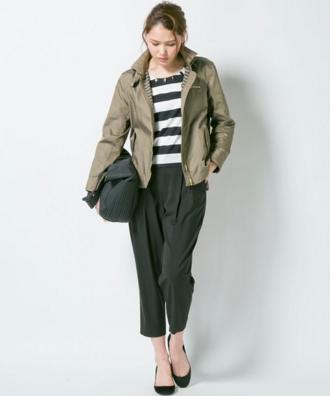 ボーダーxワイドパンツにカーキジャケットをコーデする女性