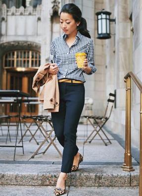 ギンガムチェックにスラックスを合わせてビジネスカジュアルなコーデをする女性