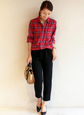 赤いチェックシャツにネイビーのクロップドパンツをコーデする女性