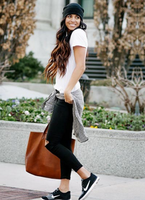 Tシャツに黒パンツ、チェックシャツをコーデする外国人女性