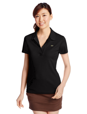 黒いポロシャツをコーデする上品な大人の女性