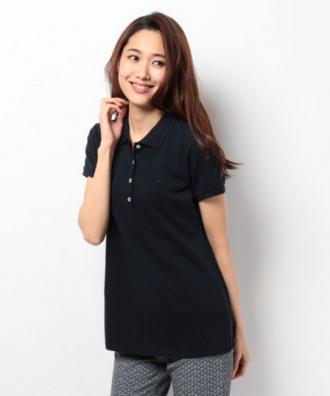 ちょっとユル目の黒いポロシャツにグレーのパンツをコーデする女性