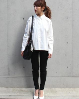 ブラックデニムに白シャツ
