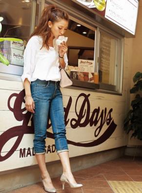 6分丈のデニムに白シャツをコーデする女性