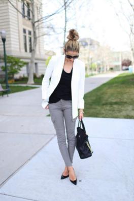 スキニーカーゴに白ジャケットをコーデする女性