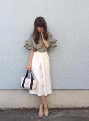 白いスカーチョをコーデする女性